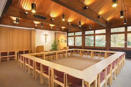 Großer Saal mit Konferenztechnik